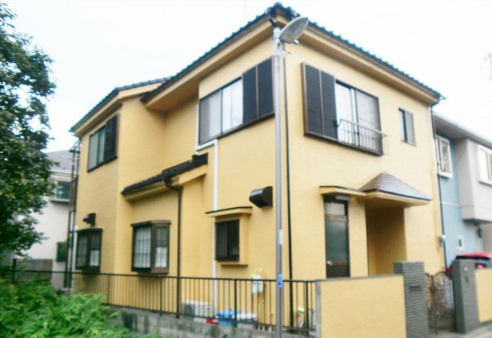 クリーム色の塗装で綺麗に塗られた一軒家(外壁塗装後)