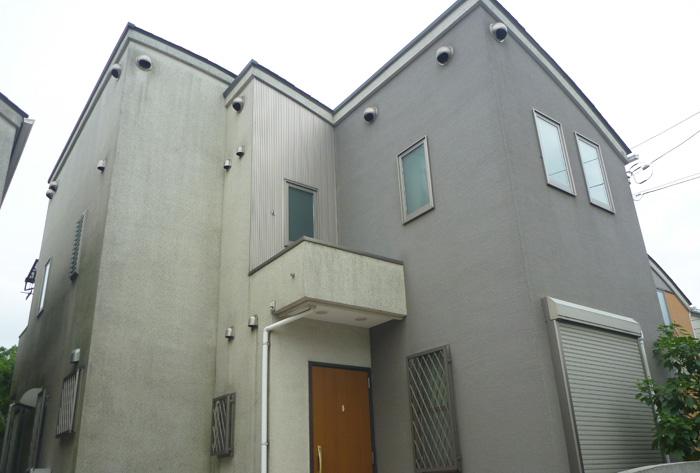 外壁塗装が剥がれ苔が発生している一軒家(外壁塗装前)