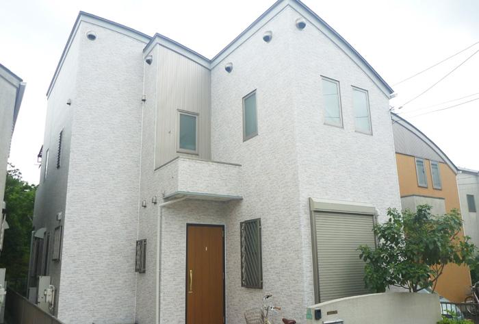 白くきれいに塗られた一軒家(外壁塗装後)
